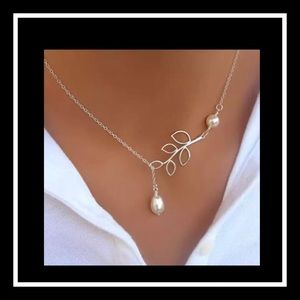 Jewelry - Beautiful silver tone faux pearl leaf necklace